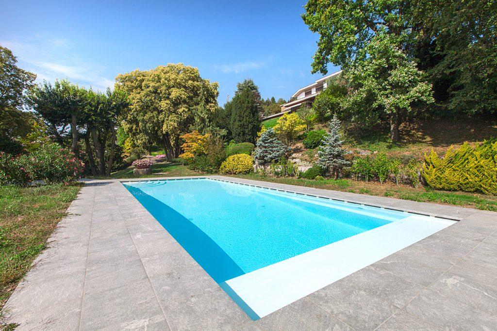 piscina interrata a sfioro con copertura