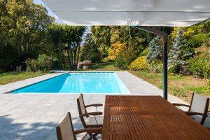 piscina interrata a sfioro con area relax