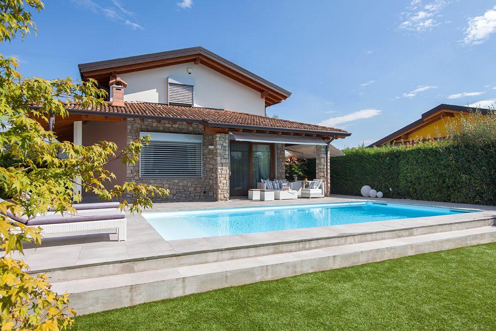 piscina interrata a skimmer con vista abitazione