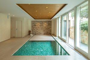 piscina interna con tapparella