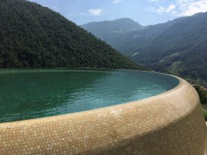 piscina a sfioro vista montagna