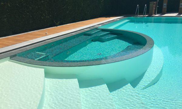 spazio idromassaggio in piscina