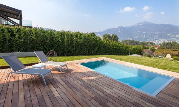 piscina interrata con solarium in legno