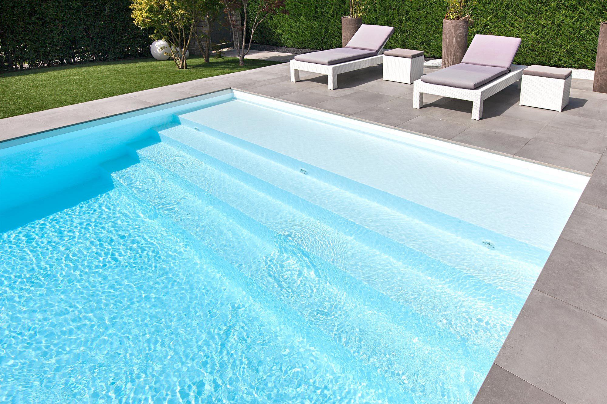 piscina interrata con sdraio e sedute relax a bordo vasca