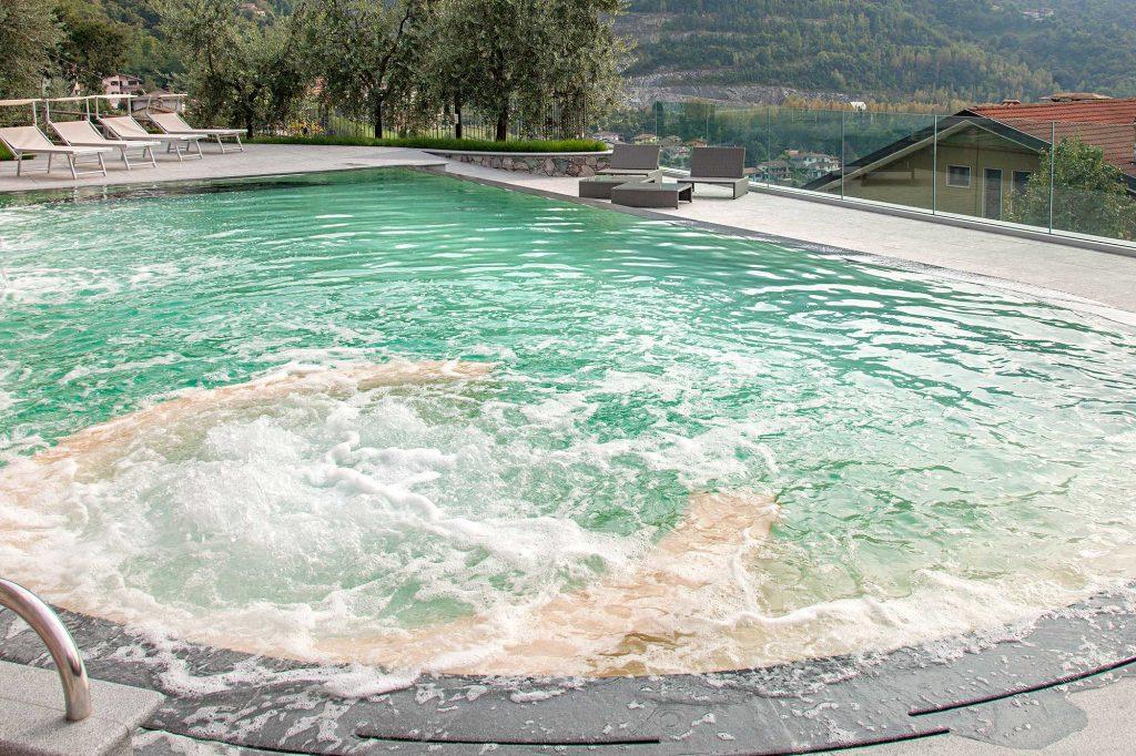 idromassaggio in funzione in piscina