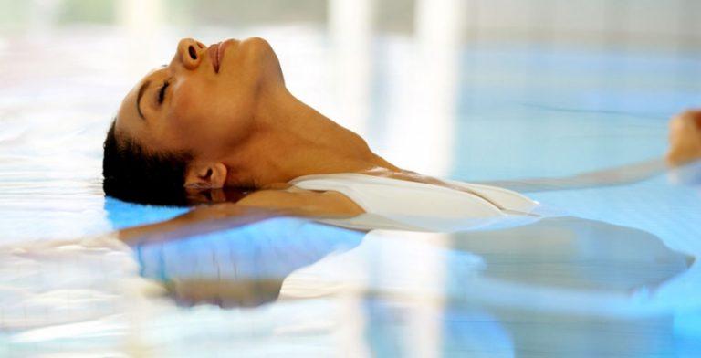 donna che si rilassa in piscina