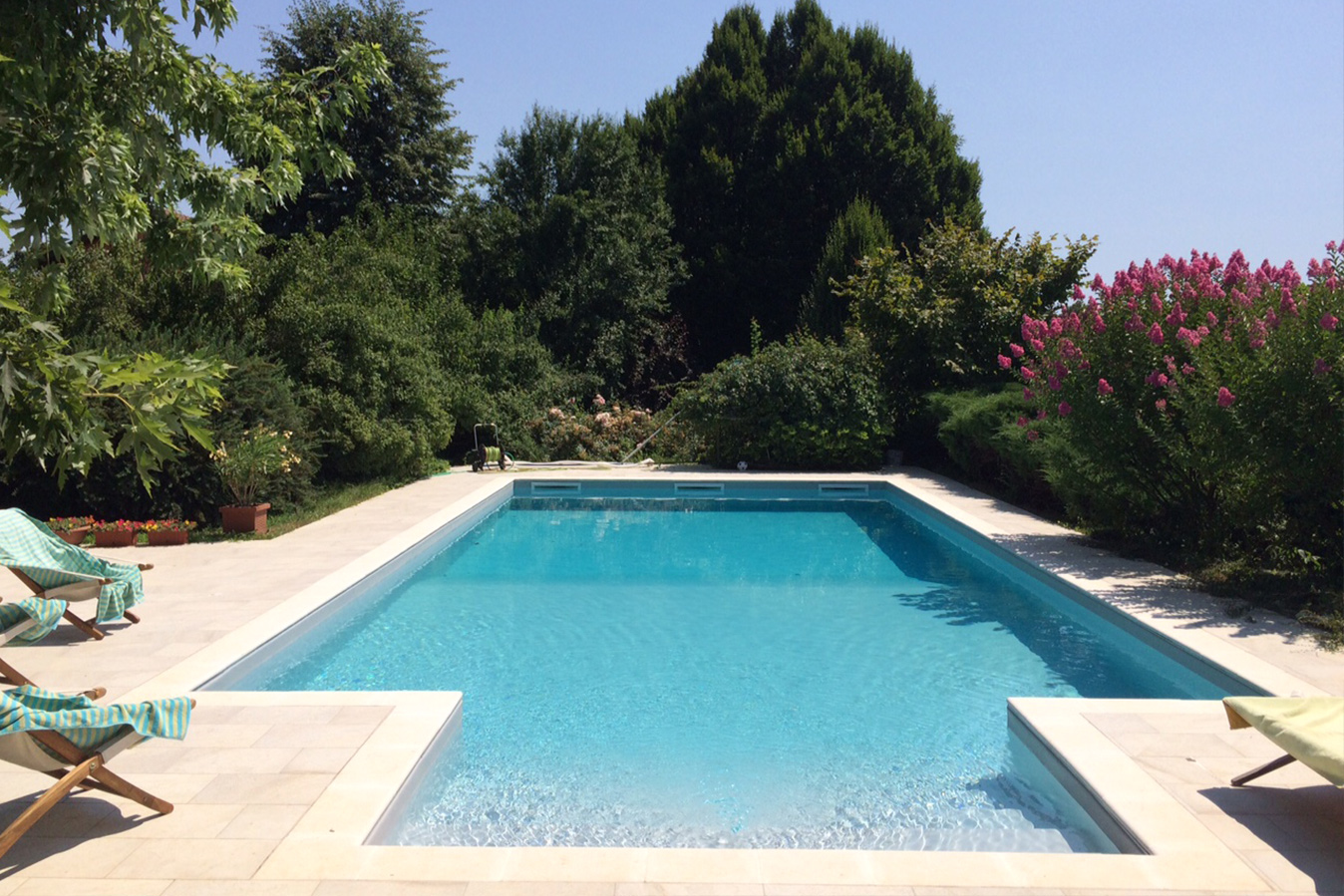 piscina interrata a skimmer con area solarium