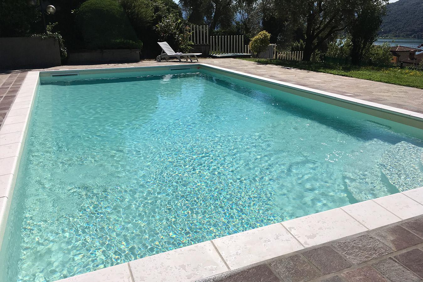 piscina a skimmer con scala a gradoni laterale