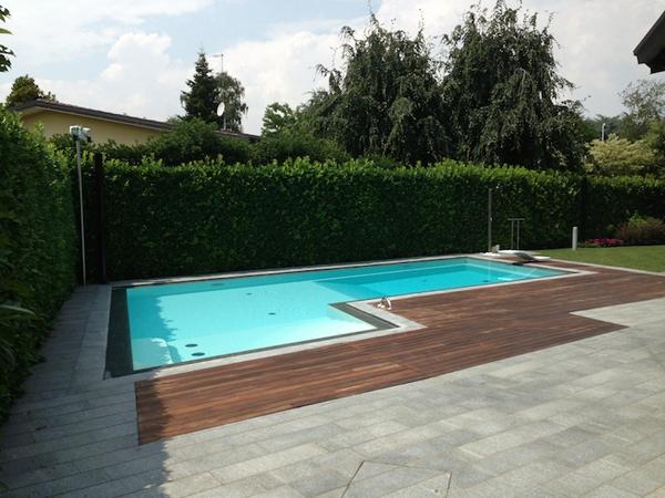 piscina a skimmer con bordi neri
