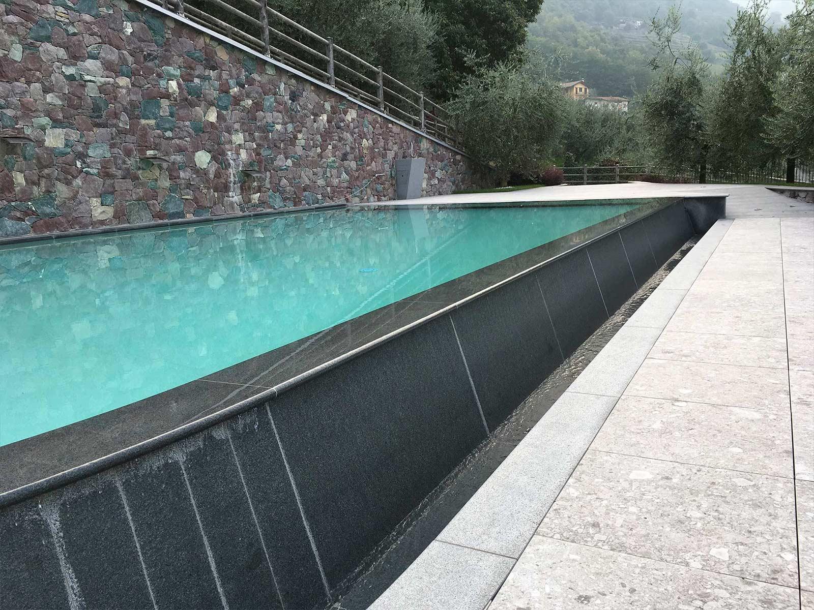 piscina a sfioro a cascata in cemento