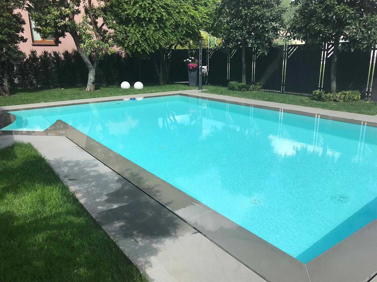 piscina a sfioro a fessura con bordo scuro