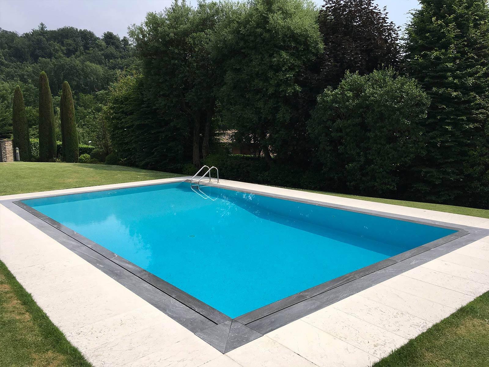 piscina a sfioro a fessura con bordi scuri