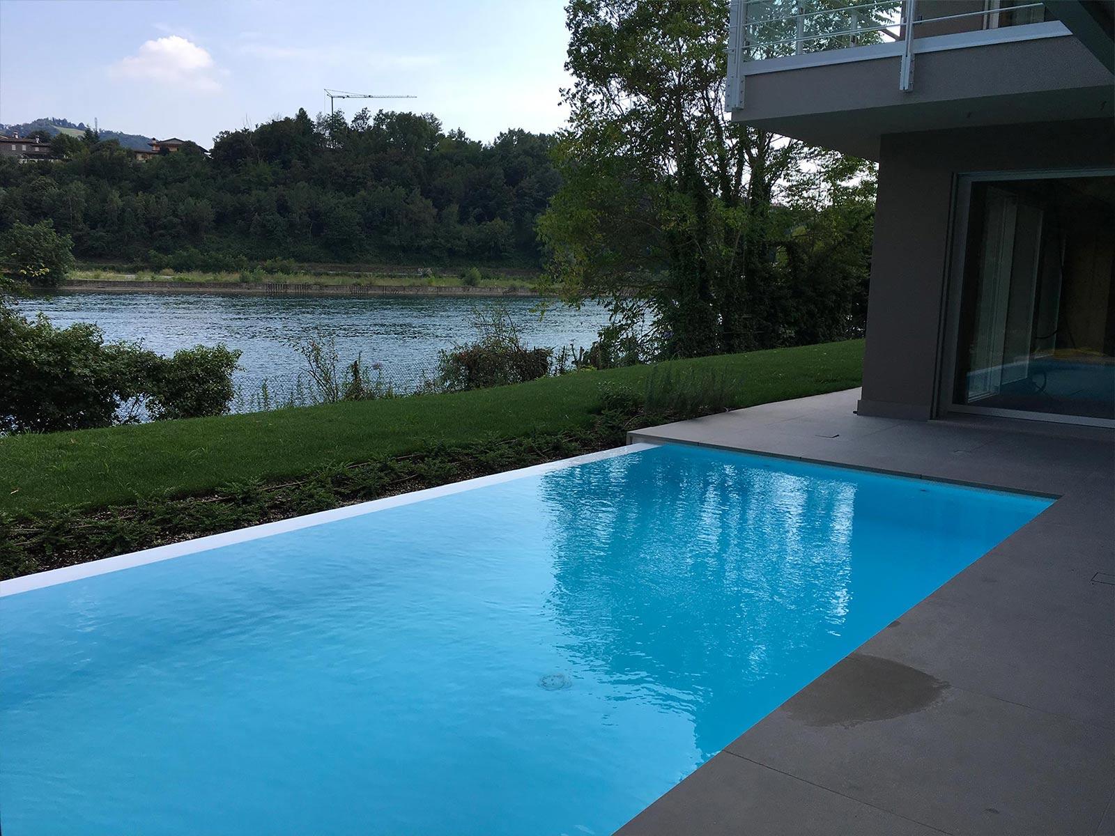 piscina a sfioro a cascata