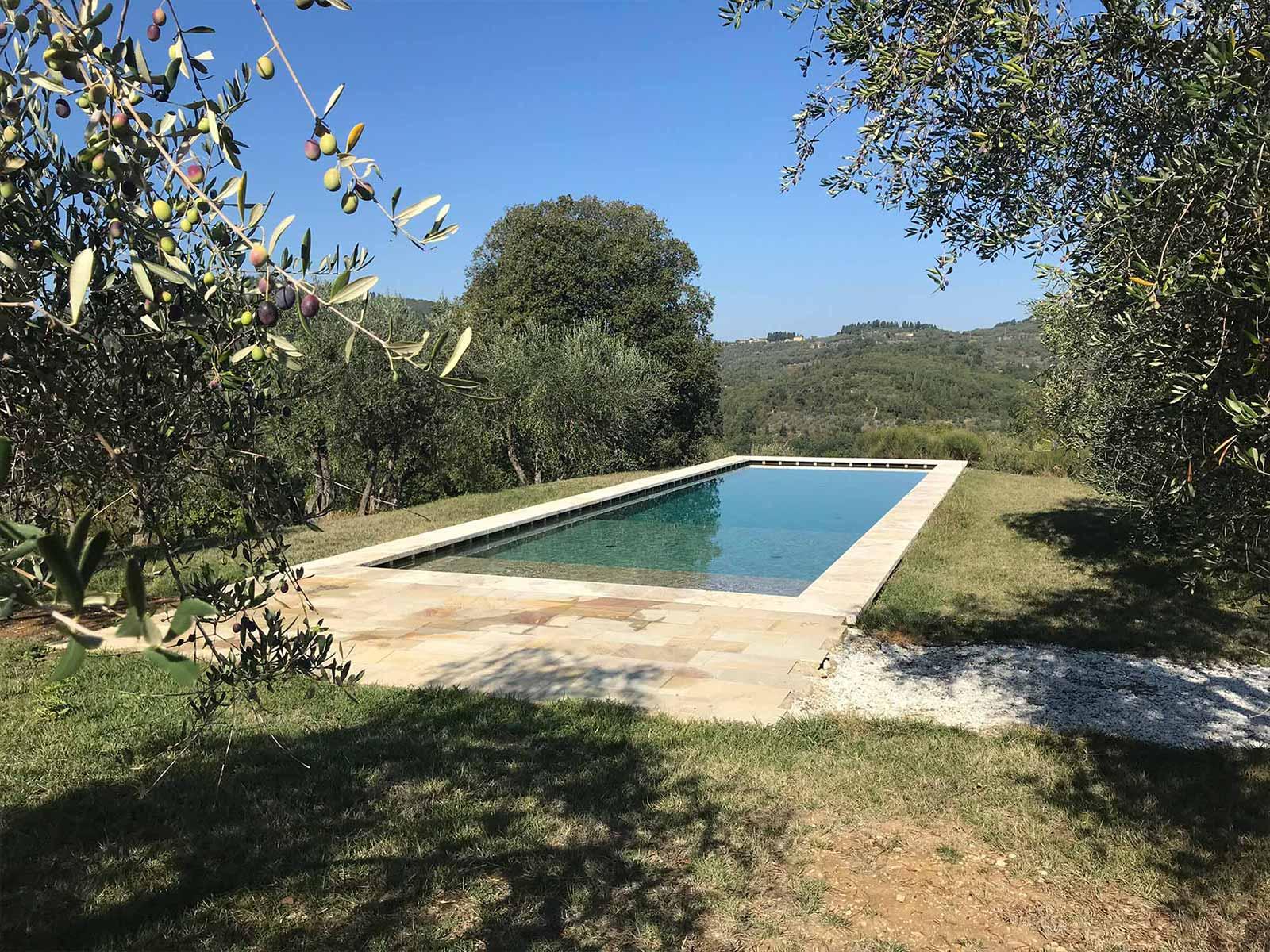 piscina a sfioro sottobattente