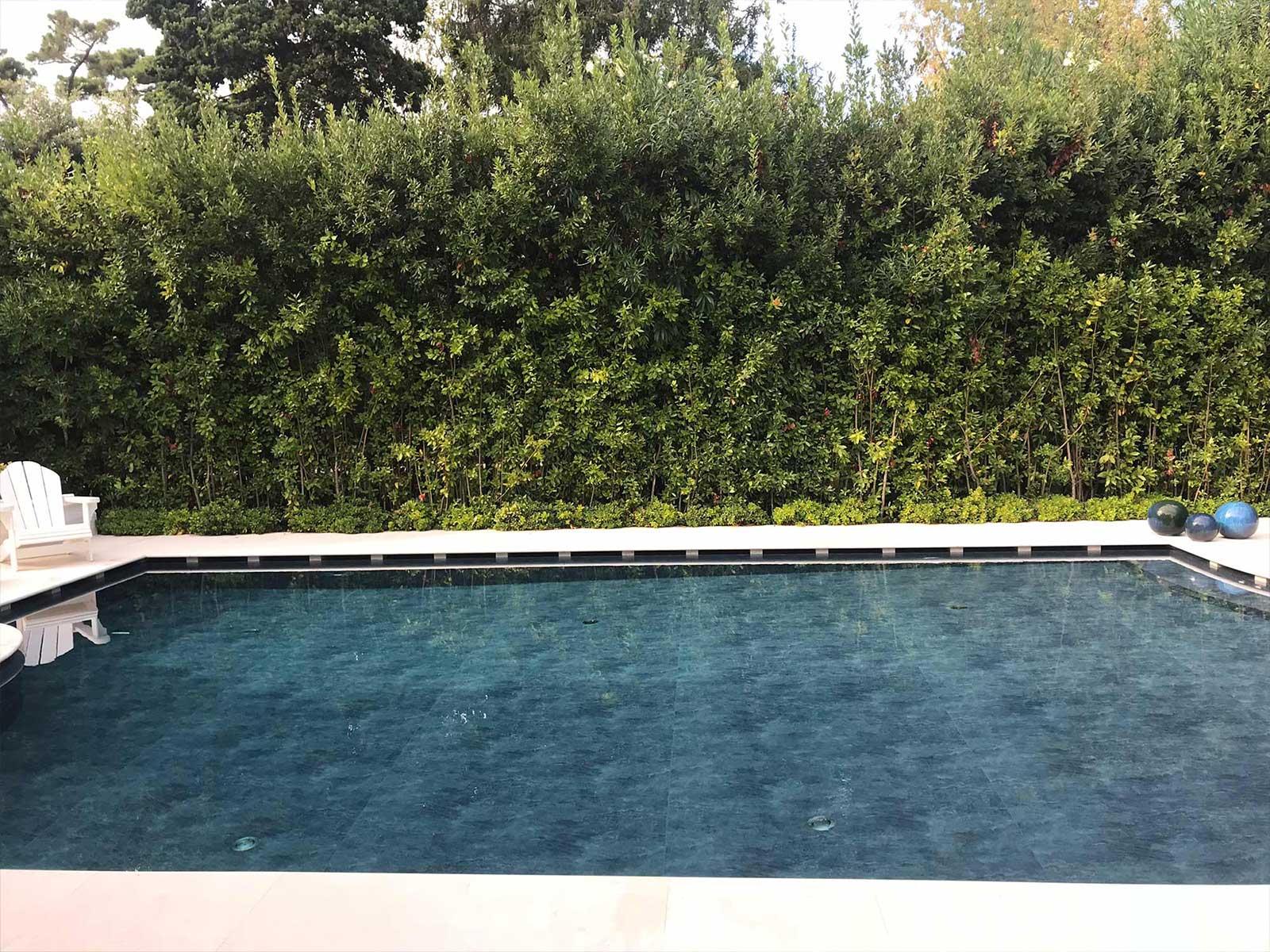 piscina a sfioro con rivestimento nero