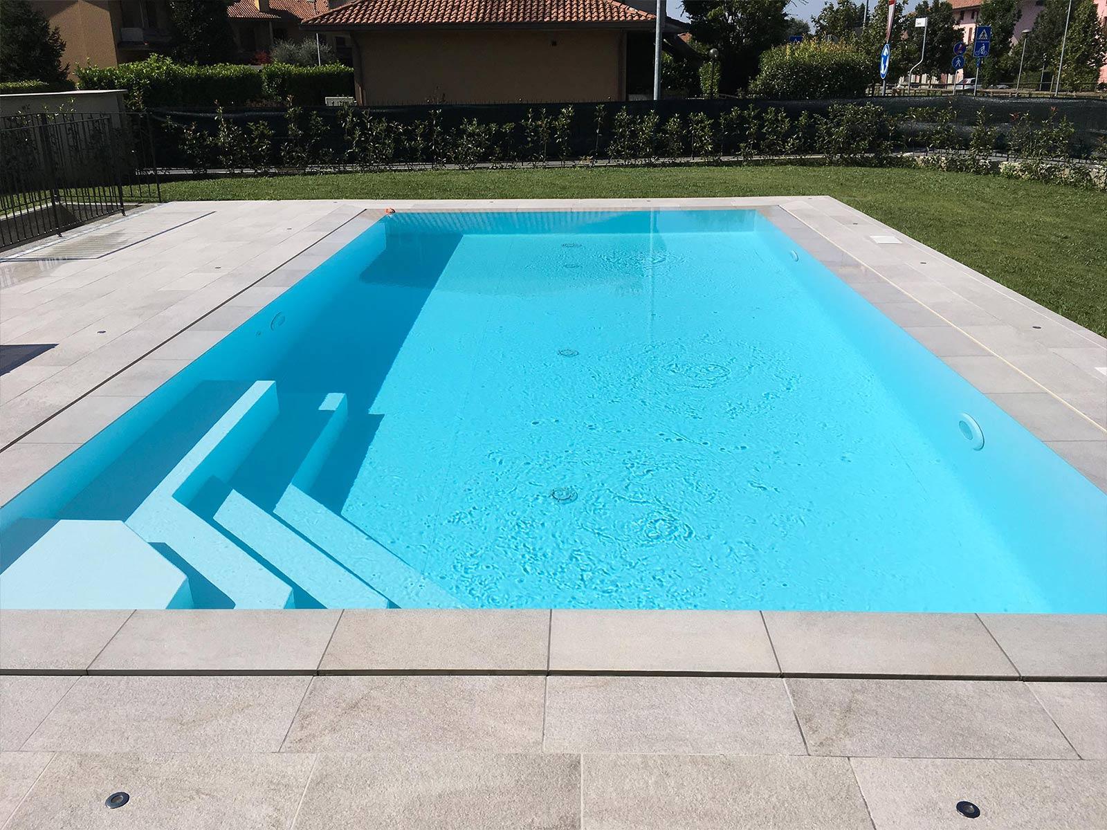 piscina a sfioro con scalinata a gradoni
