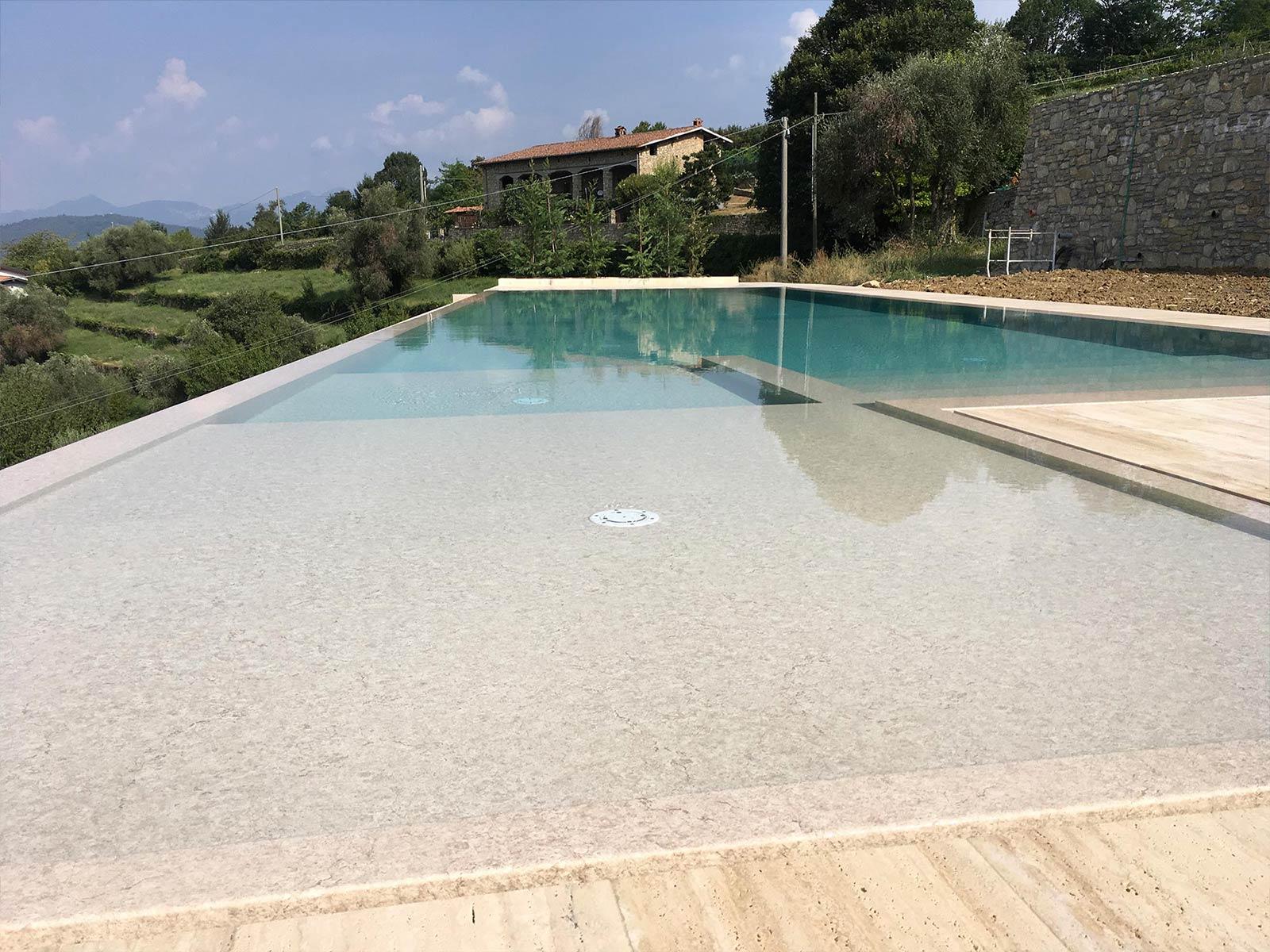 piscina a sfioro con idromassaggio