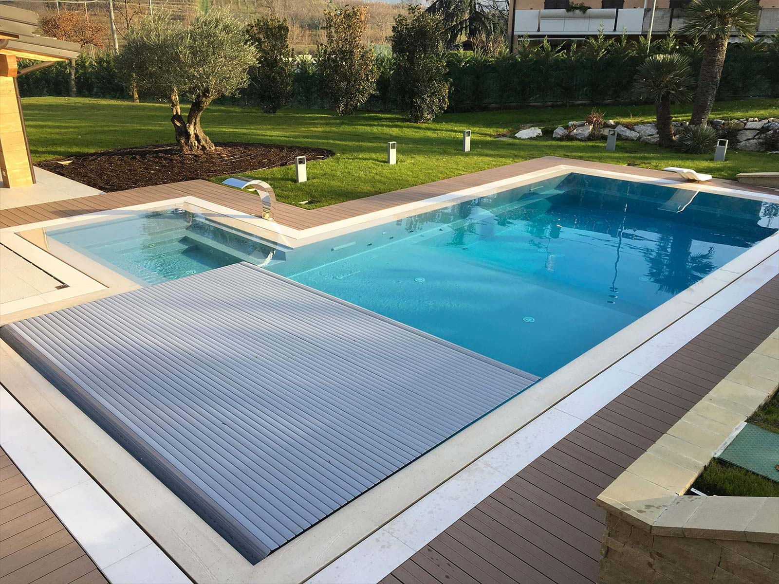 piscina a sfioro con copertura automatica
