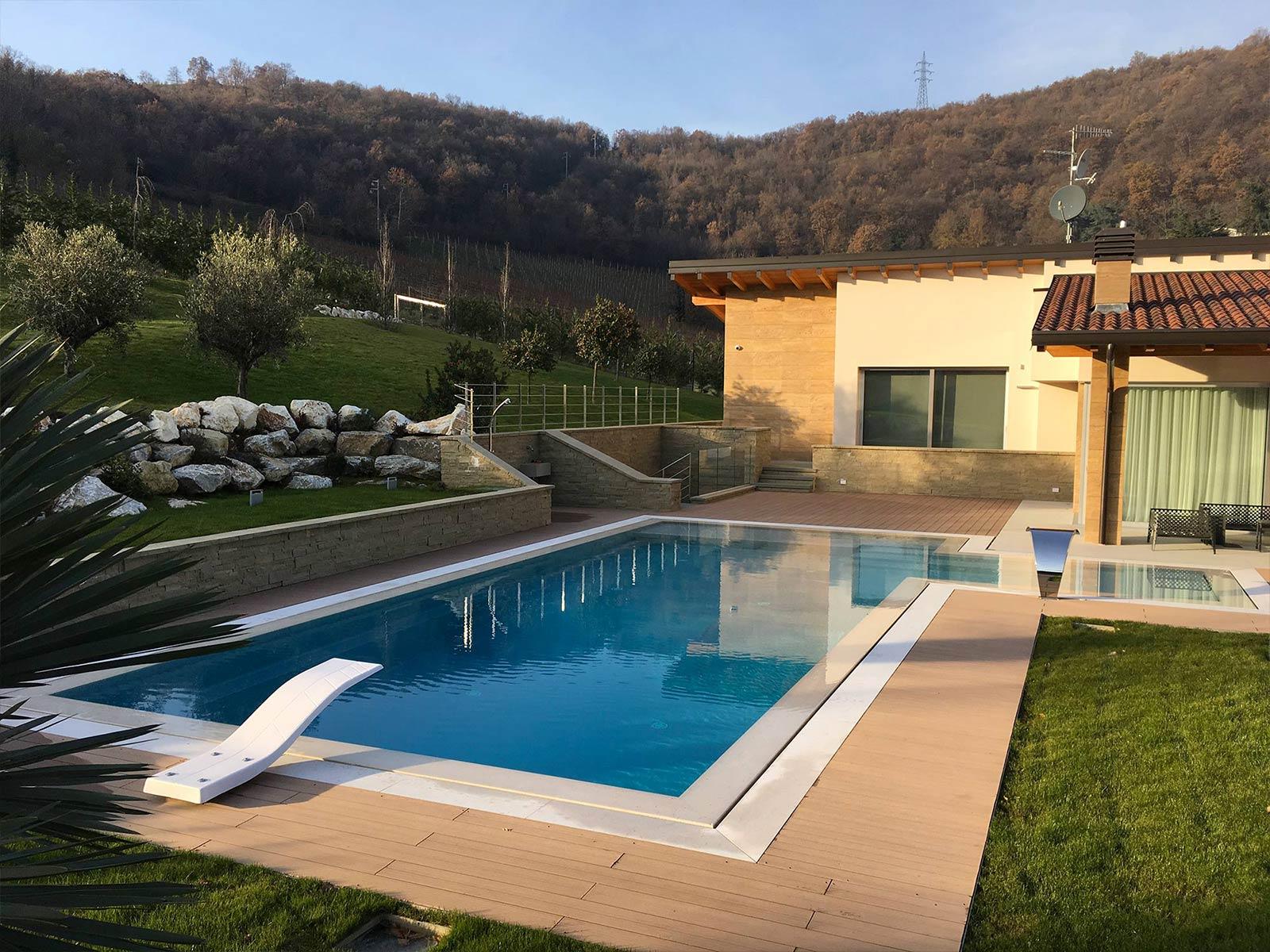 piscina a sfioro con trampolino