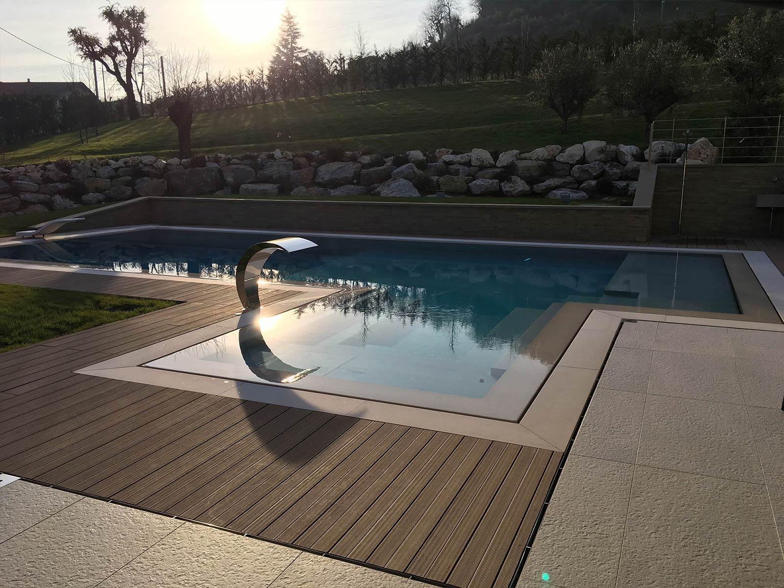 piscina a sfioro al tramonto