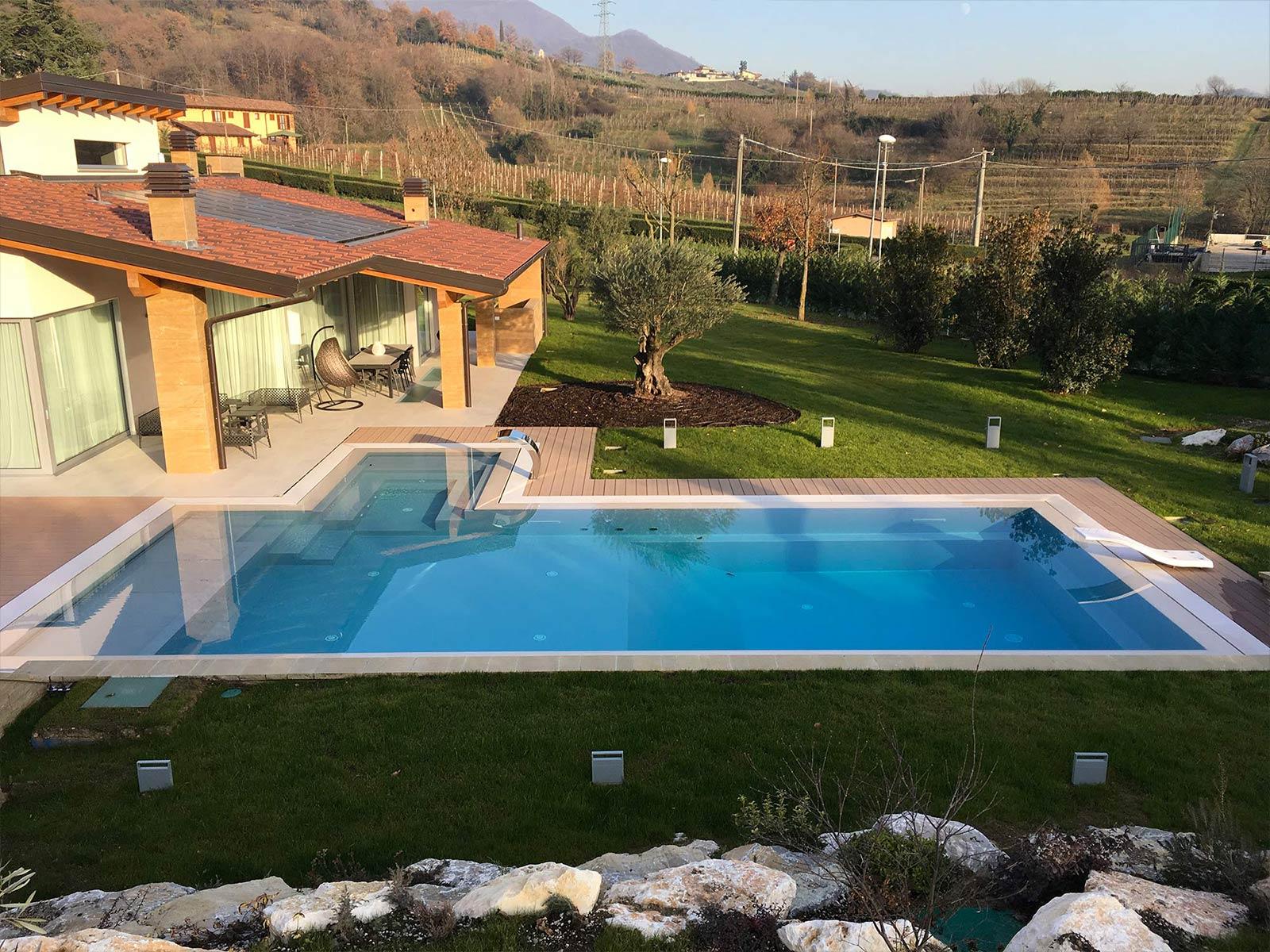 piscina a sfioro con trampolino e lama d'acqua