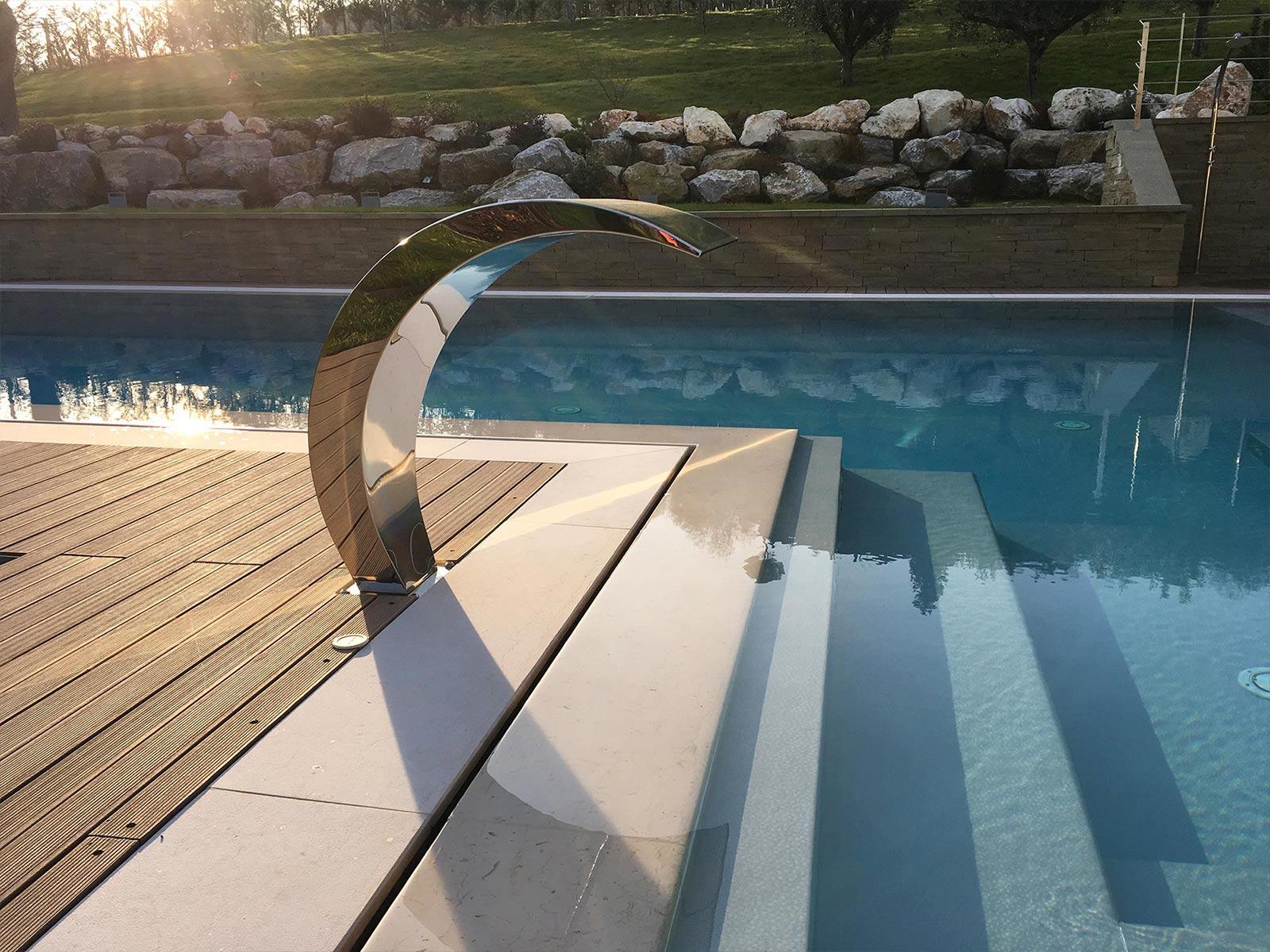 piscina a sfioro con gioco d'acqua