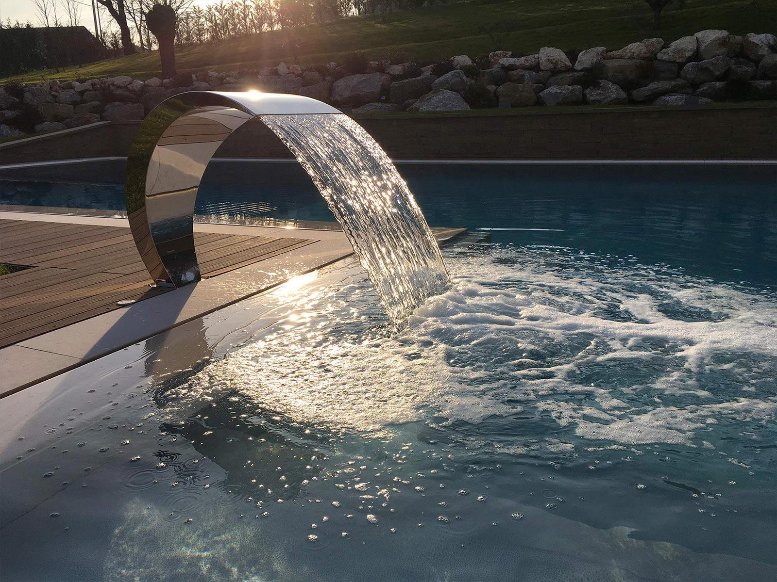 piscina a sfioro con lama d'acqua