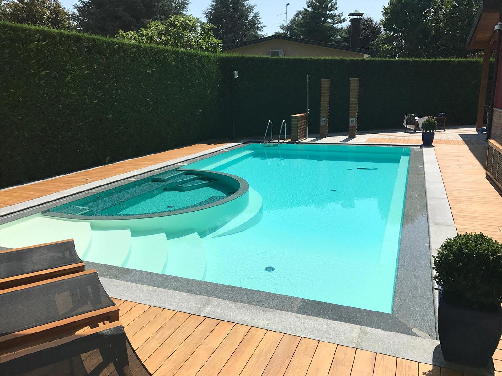 piscina a sfioro con area idromassaggio