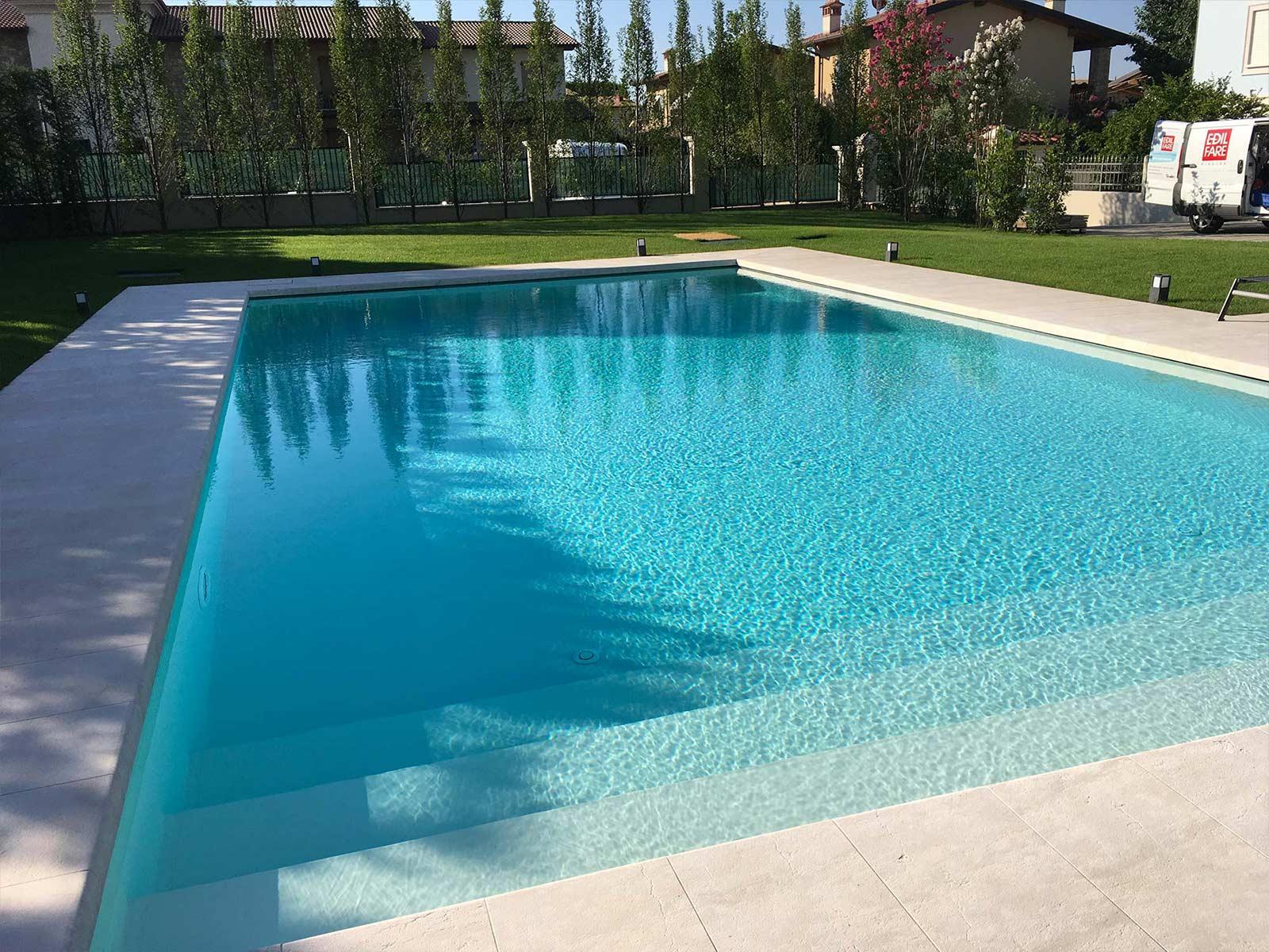 piscina a sfioro con ingresso laterale a gradoni